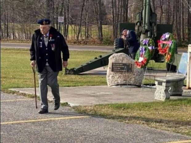 Harold laying wreath at Remembrance Day ceremony 2020.